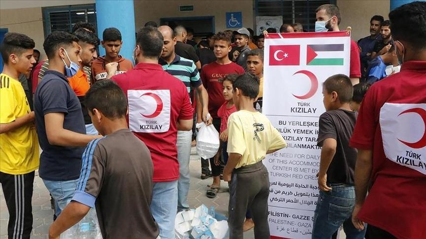 Türk Kızılay, saldırılarda zarar gören Gazzelilerin yaralarını sarmak için çalışıyor