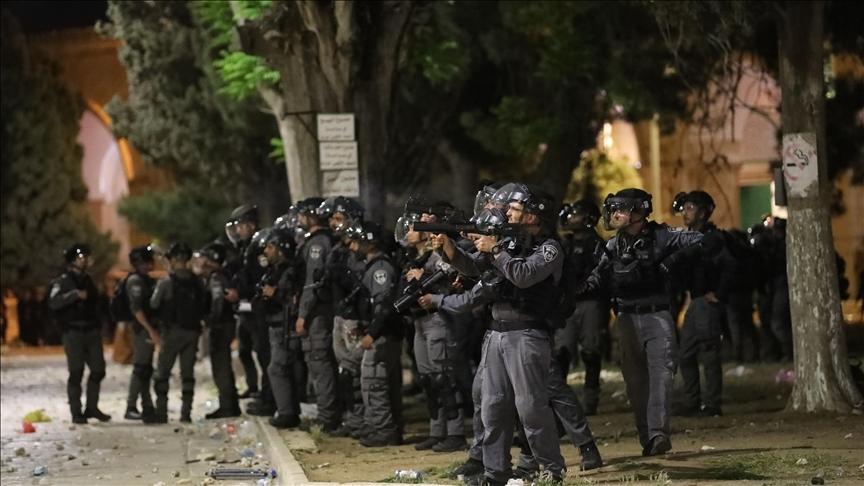 İsrail güçleri, Mescid-i Aksa'dan dönen onlarca genci Kalandiya kontrol noktasında gözaltına aldı