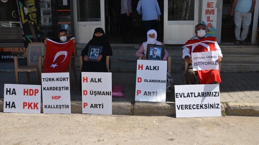 Muş'ta çocukları dağa kaçırılan 3 aile HDP binası önünde oturma eylemi yaptı