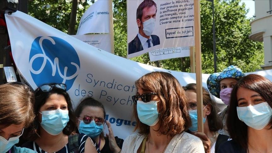 Fransa'da 'ciddiye alınmak' isteyen psikologlar gösteri düzenledi