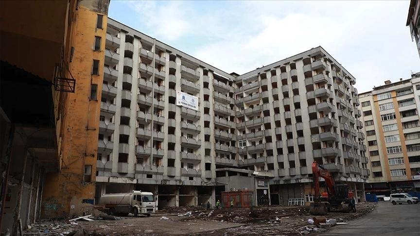 Rize'de kentsel dönüşüm kapsamında 168 yapının yıkımına başlandı