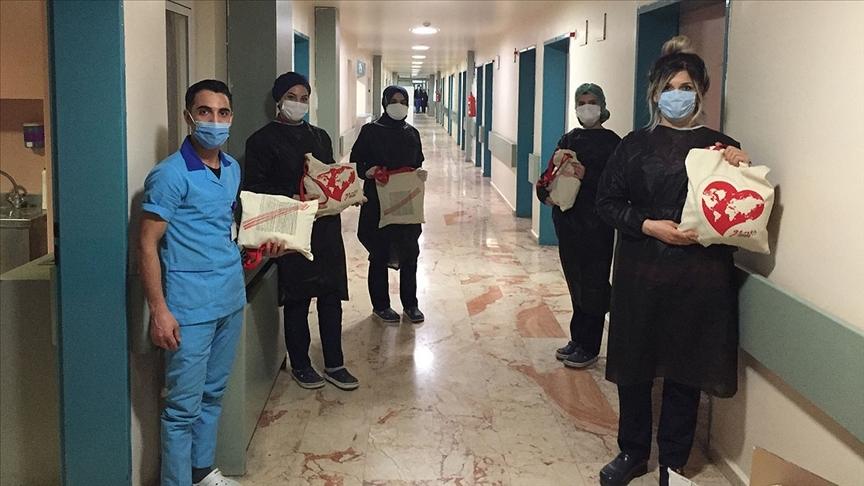 Genç Yeryüzü Doktorları Toplulukları sağlık çalışanlarına 'motivasyon kiti' dağıttı