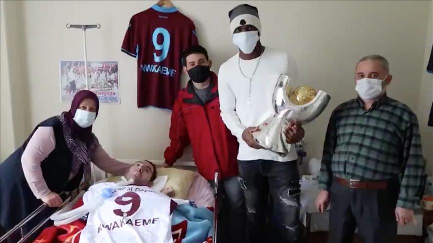 Trabzonsporlu futbolcu Nwakaeme, yatağa bağımlı yaşayan genci ziyaret etti