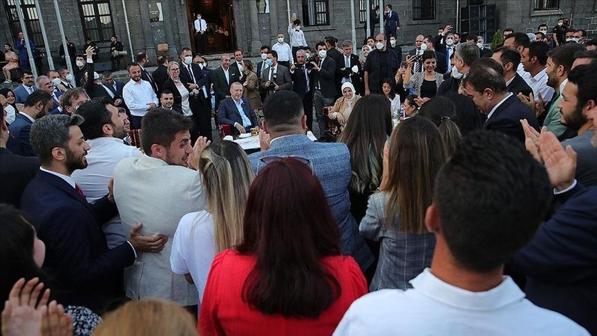 Cumhurbaşkanı Erdoğan gençlerle buluşmasında Gönül Dağı türküsünü seslendirdi